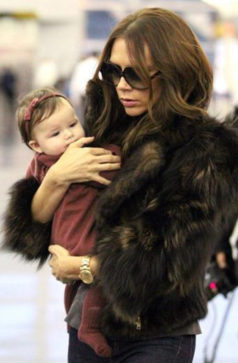 """Nereye giderse gitsin tasarım elbiseler giydirdiği kızını da yanından ayırmayan Beckham kelimenin tam anlamıyla onu çanta gibi yanında taşıyan Beckham """"Kızına giysini tamamlayan aksesuar muamelesi yapmaktan vazgeç"""" eleştirilerine hedef oluyor.   (Hürriyet)"""