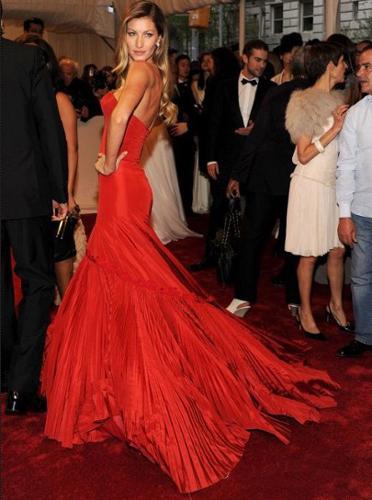 Forbes dergisi internet sitesinde geçen yılın en çok kazanan 10 modelini listeledi.   Dünyaca ünlü top model Gisele Bündchen, yıllık 45 milyon dolarlık geliriyle listenin en başında yer alıyor.
