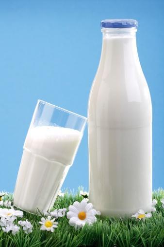 Süt proteinlerinin bitkisel proteinlere göre kalitesi daha yüksektir. İnsan vücudu süt proteinini daha iyi kullanır. Özellikle büyüme gelişme çağındaki çocuklarda kemiklerin ve doku proteinlerinin gelişmesine yarar sağladığı biliniyor.   Vücuttaki yaraların iyileşmesi ve iltihaplarından arınmasında da protein içeriğinin çok büyük etkisi var. Ayrıca, büyüme hormonu uykuda salgılandığından  çocukların özellikle yatmadan önce süt içmesini öneriyorum, böylece kas ve kemik gelişim daha iyi olur.