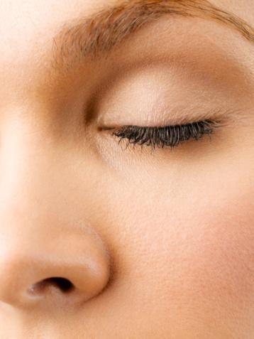 Baz sürün Göz kapağınızın anında daha genç ve pürüzsüz görünmesini sağlar ve göz makyajınız çok daha kalıcı olur.