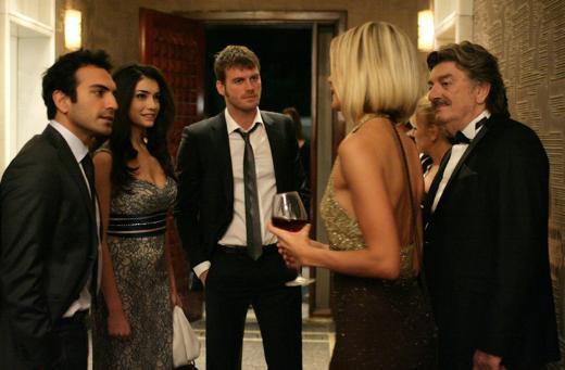 Tecrübeli oyuncu Ünal Silver'i Kuzey Güney dizisinin ilk bölümlerinde zengin iş adamı Atilla Bey rolünde izlemiştik.