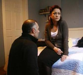 Solmaz'ın dizideki rol arkadaşlarından biri Yaprak Dökümü dizisinin Fikret'i Bennu Yıldırımlar.