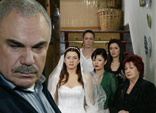 Halil Ergün, Yaprak Dökümü dizisinin Ali Rıza Bey'in oynuyordu.