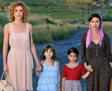 Çetin bu sezon Anneler ile Kızları dizisinde başrol üstlendi.