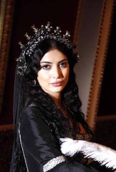 Muhteşem Yüzyıl'ın iki güzeli Hürrem Sultan ve Isabella Fortuna'yı karşılaştırıyoruz...