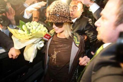 Yeni Türkiye güzeline tacını takan ve Asena ile bir de göbek dansı yapan Hilton, Var mısın Yok musun programına da katıldı..