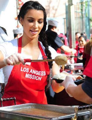 Kardashian katıldığı organizasyonlardan 20 ile 50 bin dolar arasında ücret alıyor.
