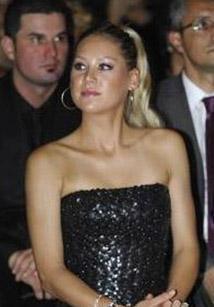 Ünlü şarkıcı Enrique Iglesias ile yaşadığı aşkla da gündemde olan Kournikova, uluslararası toplantıların da gözdesi..