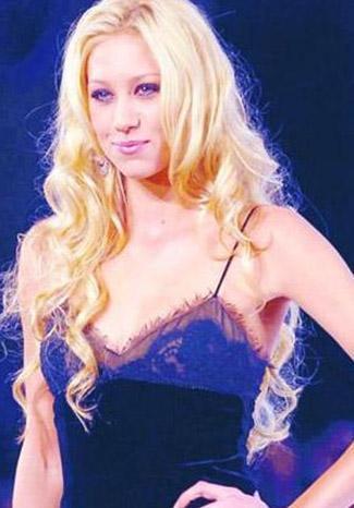 Kournikova İstanbul Fashion Week 2010'da Koza Genç Moda Tasarımcılar defilesini izlemek üzere İstanbul'a geldi.   Kournikova'nın bir defile izleme ve basın toplantısı düzenleme karşılığında 20 bin Euro (Yaklaşık 40 bin Lira) aldığı konuşuldu.