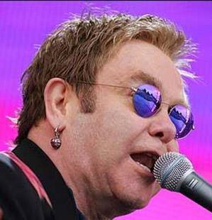 Hem sesiyle hem ismiyle servet yapanlardan biri de Elton John.