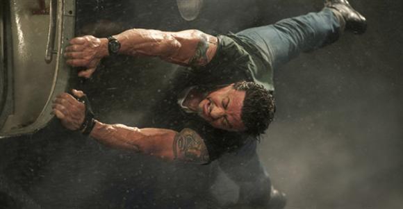 Sylvester Stallone   ''Rocky'' ve ''Rambo'' serilerinin ünlü oyuncusu Sylvester Stallone, Afganistan Dağlarına tırmanmaktan ok atarak helikopter düşürmeye kadar uzanan zorlu aksiyon sahnelerinde dublör kullanmadan rol alıyor.