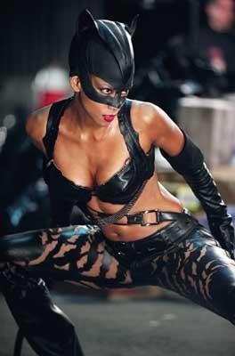 ''Kedi Kadın-Catwoman'' filminde de başından yaralanan talihsiz güzel, ''Başka Gün Öl-Die Another Day'' filminin çekimlerinde ise ilginç bir tehlike atlattı.
