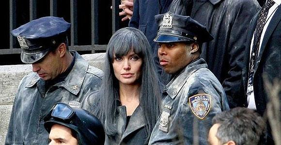 Angelina Jolie    Bir başka Oscarlı oyuncu Angelina Jolie de gerilim türündeki ''Salt'' adlı filmin çekimleri sırasında kaza geçirdi.
