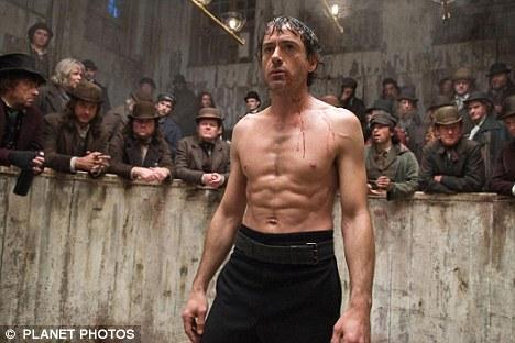 Robert Downey Jr   Son olarak ''Sherlock Holmes'' filmi için kamera karşısına geçerek dünyanın en ünlü dedektifini canlandıran tecrübeli oyuncu, filmde eski bir güreşçi olan ve devasa yapısıyla tanınan Robert Maillet ile ringe çıktı.