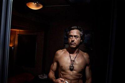 Dövüş sahnesinde nakavt olan Robert Downey Jr., çenesini çarptı. Ağzına tam 6 dikiş atılan oyuncu, kan içinde ringi terketti.