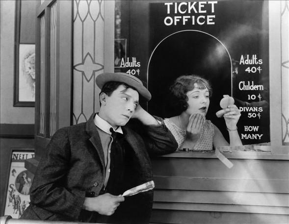 Keaton, 1932 yılında rol aldığı ''Sherlock Jr.'' adlı filmde su kulesinin (eski binalarda bulunan geniş su hazneli metal boru) altındayken suyun fazla gelmesi nedeniyle düştü. Demiryolu hattına yuvarlanan oyuncu, boynunda bir ağrı hissetti.