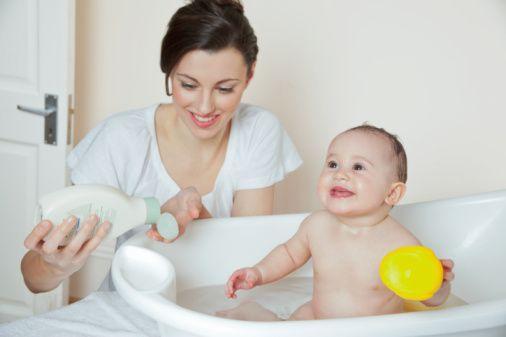 Bebeğin temizliği için su yeterlidir. - Yanlış!  Su tek başına etkili bir temizleyici olamaz. Özellikle bebek bezi bölgesinde zararlı bakterleri temizlemek için su yetersiz kalır.  Ayrıca, bebek temizliğinde sadece su kullanımının bebek cildine olumsuz etkisi de olabilir.   Çünkü, yalnızca su kullanımı bebek cildini kısa süreli yaklaşık 30 sn kadar nemlendirir, ardından kurutur.  Sağlıklı bir bebek cildinin pH seviyesi 5,5'tir, ancak suyun pH değeri 7,5 olduğundan su tek başına bebek cildinin pH seviyesini yükseltir ve bebeğin cilt bariyerinin bozulmasına neden olur.