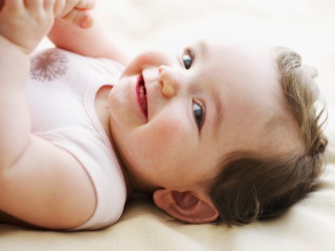 Tüm temizleme ürünleri bebeğin cildine zararlıdır.- Yanlış!  Sağlıklı bebek cildinin pH'sı 5,5 olmalıdır. Ancak bazı sabun ve temizleyiciler cildin pH'sını 9-10'a yükseltebilir, cilt hasar görür. Gen ve çevre bileşimi ile cildi koruyan tabaka kırılır ve enflamasyona açık hale gelir.    Bu nedenle bebeğinize uygun temizliyiciyi seçerken bebek cildinin pH'sına uygun  doğru ürünler tercih edilmelidir. Cildi temizlerken nemlendiren bebek ürünlerini kullanmak en iyisidir.