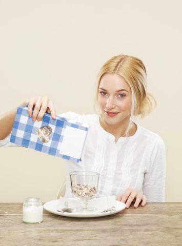 Kurubaklagilleri ve lifli besinleri tüketin  Tüketilen karbonhidrat kaynağının türüne ve miktarına dikkat edin. Saf şeker kaynakları ve rafine unlu besinler yerine tokluk hissini arttıran, kabızlığı engelleyen ve kilo kontrolünü kolaylaştıran kurubaklagilleri (nohut, mercimek, barbunya gibi),  lifli tahılları, taze ve kuru meyveleri, sebzeleri tercih edin.