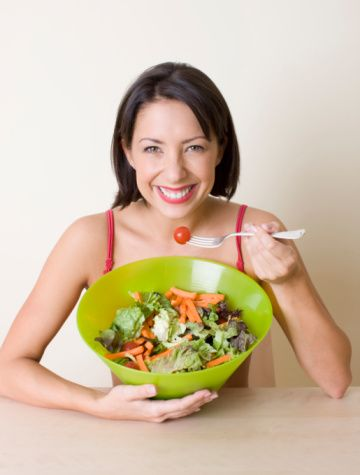 Öğününüz çeşitli olsun  Mümkün olduğu kadar çok çeşitli beslenmeye özen gösterin. Her gün beslenme planınız içerisinde tüm besin gruplarına (süt, et, sebze-meyve, tahıl) yer vermeye çalışın. Bu besinlerin hepsinden bir öğünde tüketemeseniz de gün içerisinde farklı öğünlerde almaya çalışın.