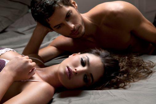 """Uzmanlar uyarıyor: Vajinismus veya erken boşalma gibi en sık görülen cinsel işlev bozukluklarının kökeninde, cinsellik üzerinde kara bulutlar gibi dolaşan """"cinsel hurafeler yani cinsel mitler"""" var.  Cinsel Sağlık Enstitüsü Derneği (CİSED), Türk toplumunda kulaktan kulağa dolaşan en popüler 10 cinsel hurafeyi belirledi...  CİSED'e gerek telefonlarla, gerekse e-mail aracılığı ile son bir ayda yapılan 6000'den fazla başvurudan elde edilen veriler ışığında ortaya çıkan sonuçlarsa oldukça düşündürücü. Çünkü toplumda oldukça yaygın olan bu cinsel hurafeler, aslında sağlıklı bir cinselliğin en büyük düşmanı."""