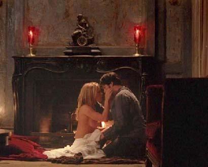 PAQUIN VE NİŞANLISININ CÜRETKAR SAHNELERİ ÇOK KONUŞULDU   ABD'de en çok izlenen TV şovlarından biri olan True Blood'ın bundan bir kaç ay önce yayınlanan sezon bölümlerine Anna Paquin ile nişanlısı Stephen Moyer'ın ateşli sahneleri damgasını vurdu.