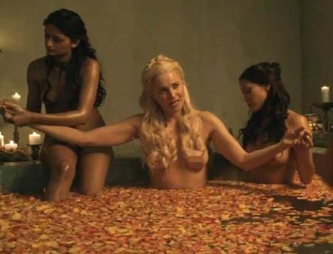 Başrollerinden birinde bir dönem ülkemizde yayınlanan Zeyna dizisinde de rol alan Lucy Lawless'ın oynadığı dizide senatörlere, köylülerden memurlara sürekli bir seks ayini, seks ritüeli yapılıyor.
