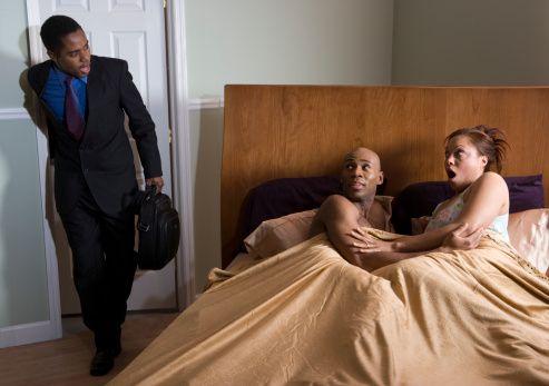 """""""CİNSEL YAŞAMLARI FIRTINALI""""  Aldatma, aldatılma, orgazm olamama, cinsel sapkınlıklar…   CİSED Psikoterapi Eğitimleri Koordinatörü Doç. Dr. Cebrail Kısa'ya göre borderline kişiliklerin cinsel yaşamları oldukça fırtınalı. Zor ilişkileri ve zor partnerleri tercih ediyorlar. Cinsel yaşamda dokunmanın verdiği hazza odaklanma geri plandayken saldırganlık ön plandadır. Çoğunlukla cinsel haz almazlar ve kolay boşalamaz ve orgazm olmazlar.  Cinsel eşlerine büyük bir tutkuyla bağlanan, reddedilme ve terk edilme korkusu yaşayan ve bu tutkularını küçük bir olayla nefrete dönüştürebilen borderline kadınlar sık partner değiştirebiliyorlar. Çoğu zaman ilişkilerine sadık kalamazlar, herhangi bir rahatsızlık duymazlar ama yakalanmaktan korkarlar. Ayrıca cinselliğe bakışları ve özel yaşamları çok fırtınalı bir başka deyişle dramatik olan borderline yapıdaki kadınlarda, ruh dünyaları gibi kaos içinde cinsel fantezileri, davranışları ve cinsel sapkınlıkları arasında da benzerlikler bulunur. Mesela ilişkinin verdiği doyum ve kendini iyi hissetmek önemli olduğu için, kendisini beğendiğini hissettiren biriyle günü birlik cinsel ilişkiye girebilir ve yine o hızla o erkeği aklından çıkartabilirler."""
