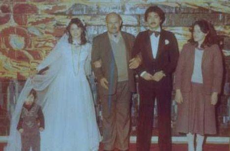 Hülya Avşar'ın ilk eşi Mehmet Tecirli ile düğününde çekilen bu karede yanında duran Helin'in ünlü sanatçının kardeşi değil kızı olduğu iddia edildi.