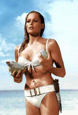 Ursula Andress ilk James Bond filminin kadın yıldızıydı. Bu bikinili sahnesiyle de sinema tarihine geçti.