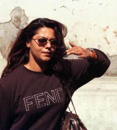 """İKİ AYDIR BİRLİKTEYİM"""" DEMİŞTİ Yeraltı dünyasının ünlü ismi Alaattin Çakıcı, kırmızı bültenle aranırken 17 Ağustos 1998'de Fransa'nın Nice kentinde sevgilisi Aslı Ural'la birlikte yakalandı.   Yapılan takip sırasında Çakıcı'nın telefonda istediği belgeler, Fransa'da bir kadına teslim edildi. Bu kadın Türkiye'nin tanınmış modacılarından Canan Yaka ve şarkıcı Selçuk Ural'ın kızı Aslı Ural'dı."""