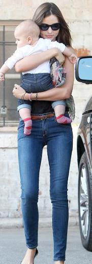 Güzel manken Miranda Kerr'ın aktör Orlando Bloom'dan olan minik oğluna çocukluk aşkının ismini verdiği ortaya çıktı.   Kerr, yıllar önce bir trafik kazasında ölen aşkı Christopher Middlebrook'un anısına için oğluna Flynn Christopher adını verdi.