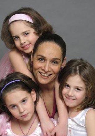 Neşe Erberk'in üçüzlerinin isimleri birbiriyle uyumlu: Alin, Selin ve Lara.