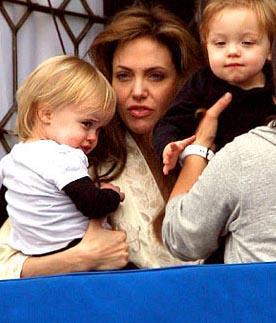 İkizlerden erkek olanı Knox Leon kız olanı ise Vivienne Marcheline. Bebeğin ikinci ismi Jolie'nin bir kaç yıl önce ölen annesine ithafen konuldu.