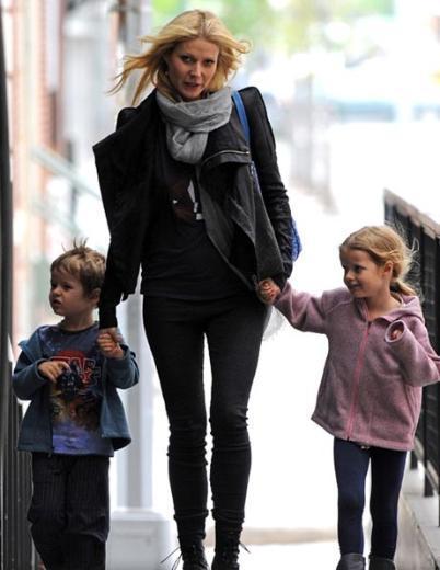Gwyneth Paltrow ve Chris Martin'in kızının adı Apple Blythe Alison Martin. Apple 'elma' anlamına geliyor. Blythe ise Paltrow'un oyuncu annesinin de adı.   Paltrow'un oğlunun adı ise Moses Bruce Anthony. Moses, Türkçe'deki Musa ismine karşılık geliyor. Bruce da Paltrow'un 2003'te ölen yapımcı babasının adı.