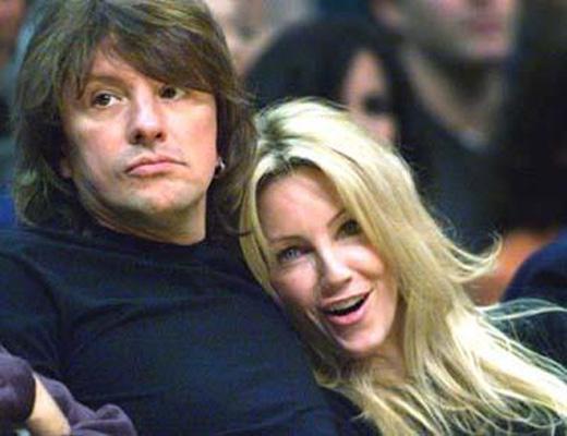 Charlie Sheen'den olaylı bir şekilde boşanan Richards, arkadaşının kocasıyla ilişki yaşamaya başladı.