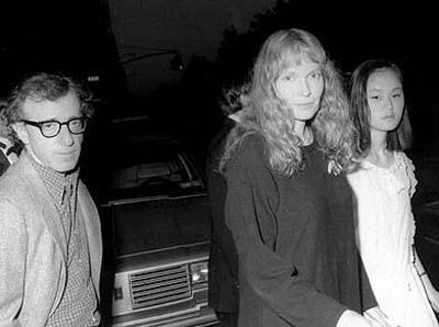 EVLATLIK KIZIYLA EVLENDİ Woody Allen ile Mia Farrow, Hollywood'un en iyi anlaşan çiftlerinden biri olarak nitelendiriliyordu.