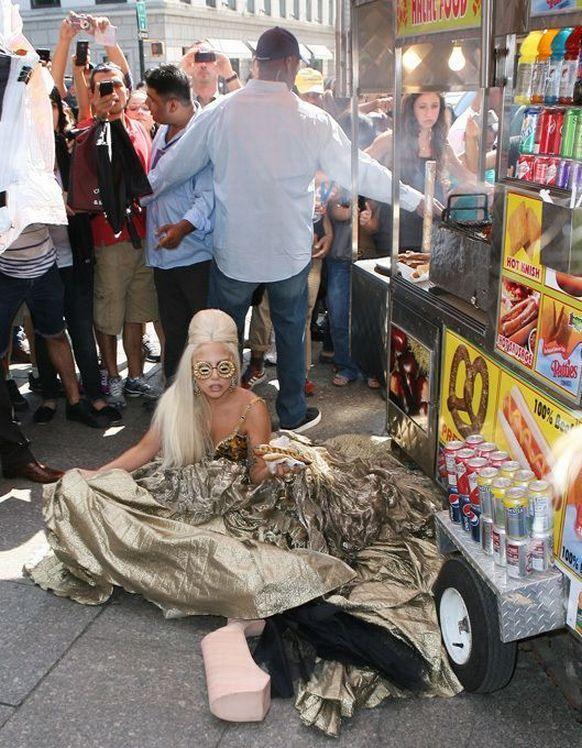 Lady Gaga'yı 45 milyon dolarla Taylor Swift ve 44 milyon dolarla Katy Perry izledi.