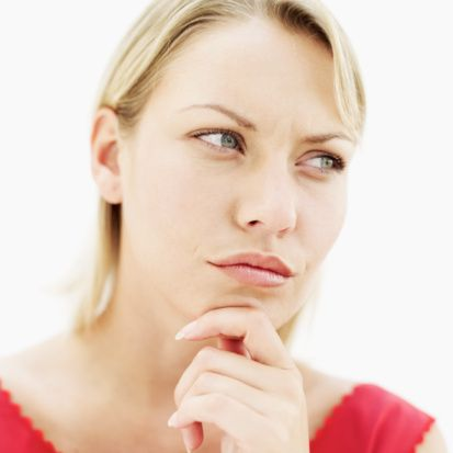 """Aldatılmamak için ne yapmalı?  """"Aldatılan kişi ilişkisini veya evliliğini bitireceği gibi devam da ettirebilir. Her aldatma boşanmayla bitmez. Unutmayın ki aldatılma ve sonrasında yaşanan sorunlar çözülebilen durumlardır. Aldatmalar travma etkisi yaratsa da, bazen aldatma olayından sonra evliliklerin daha sağlıklı yürümeye başladığı, bağlılık duygusunun arttığı, sorunların bu tip travmadan sonra netleşip çözüm için ortak hareket edildiği yeni bir süreç başlayabilir.    Zor bir süreç olan bu dönemde aldatılan kişi, bazen utanç, bazen öfke, bazen de intikam ve aşağılanma duygusuna kapılabilir ve zamanla kimliğini kaybedebilir. Özel bir insan olduğuna dair inancı azalabilir ve kendine olan saygısını da yitirebilir. Ayrıca dünyanın güvenilmez bir yer olduğunu düşünmeye başlayabilir, tehlikeli olan da budur. Çünkü kendilerini en çok seven insanlar bunu yaparsa, bu dünyada kime ve nasıl güvenebileceklerini şaşırmaları da doğaldır."""""""