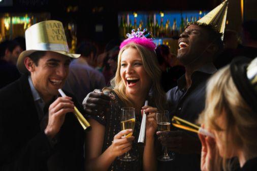 Yılbaşı akşamı hepimiz için kutlamalar, eğlence, bol yemek ve içecek anlamına gelir. Ertesi gün, yeni yılın ilk sabahı ise çoğumuz için geçirilen güzel akşamın etkilerinden kurtulma çabaları ile geçer. Yediğimiz yemeklerin ağırlığı, alınan alkolün etkisi ile günümüz bir kabusa dönüşebilir. KadıköyŞifa Ataşehir Hastanesi Beslenme ve Diyet Uzmanı Seda Bahtiyar Tatay, yeni yılın ilk sabahını ve takip eden günleri daha rahat geçirmek isteyenler için pratik öneriler sunuyor.