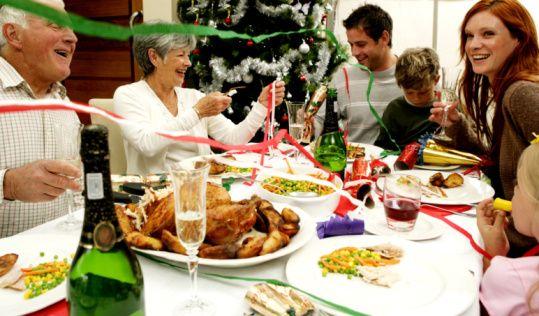 Yılbaşı akşamı denilince çoğumuzun aklına ailenin bir araya gelip bir masa çevresinde yediği muhteşem yemekler ve güzel içecekler geliyor. Herhalde o akşamlar da oturulan o muhteşem masalarda eksik olmasını istediğimiz tek şey lezzet.   Böyle durumlarda çok azımız diyet, porsiyon kontrolü veya az yemeği düşünebiliyor.  Birçoğumuz için böyle bir geceden sonra nasıl toparlayabilirim veya diyetime nasıl dönebilirim sorusu yılbaşı akşamında nasıl kendimi kontrol edebilirim sorusunun önüne geçiyor. Birkaç dikkat edilecek püf nokta ile aslında yılbaşı akşamının ağrılığında kurtulup tekrar eski düzeninize dönmek aslında  çok kolay.