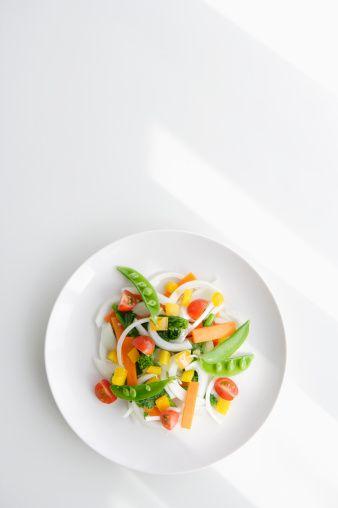 •Çok yağlı salatalar yerine salatanızın sosunu kendiniz koyun.  •Kremalı veya çok soslu yiyeceklerin soslarını biraz silerek daha az yemeye ve sebze kısmını daha fazla yemeğe çalışın.