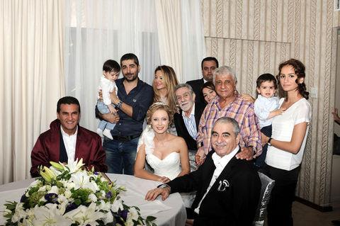 Tatlıses, Ayşegül Yıldız ile nikah masasına oturdu. Çiftin nikahını Mustafa Sarıgül kıydı