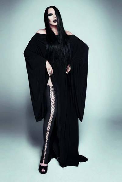 Ersoy'un bu sene piyasaya çıkan 'Aşktan Sabıkalı' isimli albümü için çektirdiği gotik fotoğraflar, başta sosyal medya olmak üzere magazin dünyasında en çok konuşulan konular arasında yer aldı.   Ersoy'un siyah uzun saçlı ve koyu makyajlı yeni imajını görenler ünlü sanatçıyı Addams Family'nin annesi Morticia Addam'a benzetirken, kimisi de metal müziğin sıra dışı ismi Marilyn Manson ile olan benzerliği dile getirdi.
