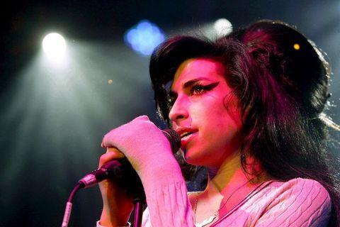 Boşandığı eşi Blake Fielder-Civil ile birliktelikleri esnasında çeşitli nedenlerle sık sık yasal sorunlar yaşadılar ve eşi kısa bir süreliğine hapse girdi.   2008'de Winehouse, kariyeri ve hayatını tehdit eden bir dizi sağlık sorunu ile karşı karşıya geldi.