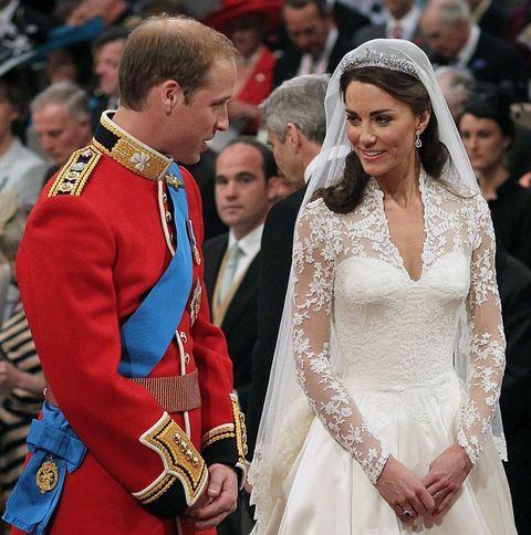 Londra'daki bin yıllık tarihi Westminster Kilisesindeki düğün törenine yaklaşık 2 bin kişi katıldı.   Kate Middleton'ın merakla beklenen gelinliği, gelinin, babası Michael Middleton ile konakladığı otelden kiliseye gitmek için arabaya binmesiyle ilk kez kamuoyu tarafından görüldü.