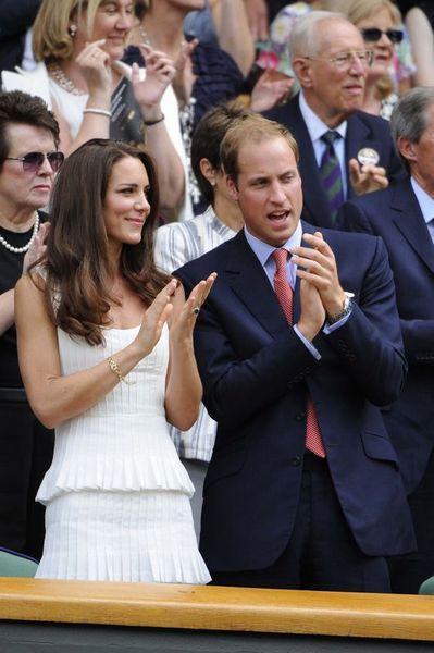 Düğüne kilisede bulunan davetlilerin yanı sıra Londra sokaklarında ve parklarında toplanan binlerce kişi de şahit oldu.