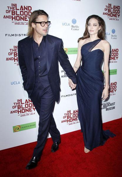 İlk önce Amerikan magazin dergisi In Touch, bu haftaki kapağında Jolie'nin Pitt'e ihanet ettiğini açıkladı. İddianın asıl şok edici yanı ise Jolie'nin sevgilisinin bir kadın olması...   Brad Pitt ile aile kurmadan önce model Jenny Shimizu ile aşk yaşadığı bilinen Angelina Jolie'nin Pitt'in şehir dışında olduğu zamanlarda bir kadınla buluştuğu iddia edildi.