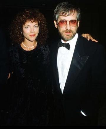 Steven Speilberg ve Amy Irving  1984'te tanışan çift çalkantılı beraberlik sonrasında 4 yıllık evliliği 100 milyon dolara bitirdiler.