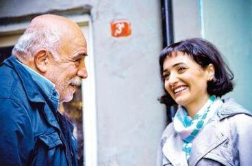 Güzel yıldız, bir süre önce hayata veda eden aktör ve yönetmen Sönmez Atasoy'un kızı.